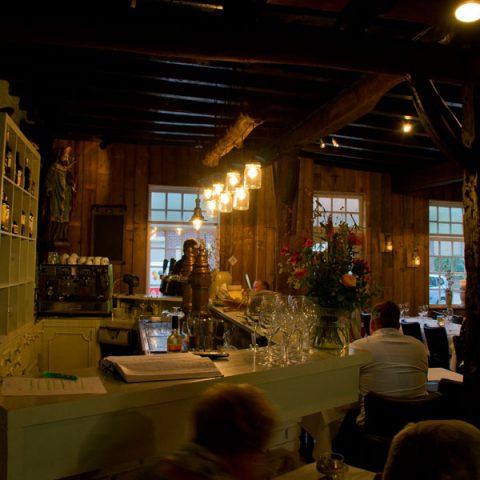 zicht op de bar in het Wevershuisje